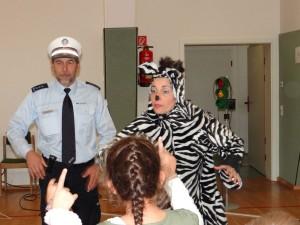 Im Brennpunkt des Geschehens: Polizist und Zebra