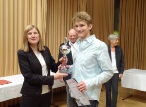 Bürgermeisterin Claudia Felden überreicht Denis den Wanderpokal