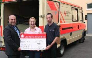 Bild von der Spendenübergabe vor dem Gerätewagen