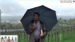 Lourdu mit Regenschirm