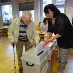 Um 7.55 Uhr scharrte schon der erste Wähler mit den Hufen! Die Wahl läuft!