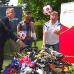 Landrat und BFV: 400 Paar Fußballschuhe für Waisen in Sri Lanka