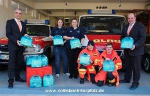 Die Ausbilderinnen Sandra Bähr (3. v. l.) und Leticia Waldschmidt (2. v. l.) sowie Petra Uhlenbrock (3. v. r.) und Patrick Lange (2. v. r.) von der DLRG Leimen können die Verbandskästen gut gebrauchen, die Dieter Krämer (1 v. l.) und René Breig (1. v. r.) von der Volksbank Kurpfalz H + G BANK übergeben haben.