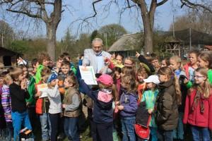 5026 - Bürgermeister Erichson übergibt stellvertretend den Ferienkindern die Auszeichnung_kl