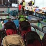 DRK Leimen unterstützt in der Flüchtlinge Notunterkunft Sinsheim: Neuankommende Familien mit Kinderwagen und Kinderbetten ausgestattet