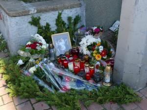 5925 - Unfallort Kerzen Blumen