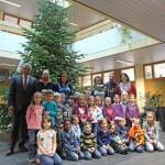 Weihnachtsbaum im XXL-Format im Sandhäuser Rathaus aufgestellt