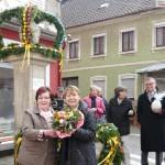 Osterschmuck ziert Leimener Bärenbrunnen: Girlanden mit 350 bunten Ostereiern