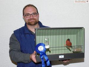 Marco Lingg mit dem besten Vogel der Schau: Einem nordischen Dompfaff