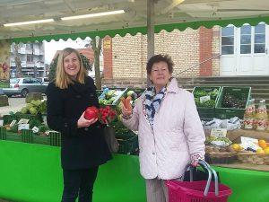 Prominente Kunden am Freudensprung-Marktstand in Dilje: v.l. Bürgermeisterin Claudia Felden und Ratsherrin Ulrike Eckl
