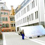 Grosses geheimnisvolles Viereck im Rathaus angekommen – Ein Gemälde?