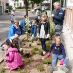 Begeisterte Grundschüler bepflanzten selbst die Beete vor der Turmschule