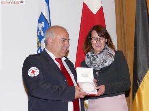 Matthias Frick erhält von Sibylle Würfel die Henry-Dunant-Medaille