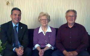 Die Jubilare Helga und Otto Hoffmann mit Oberbürgermeister Hans D. Reinwald