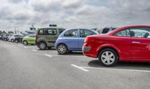 Parkende Autos auf Parkplätzen in Reihe