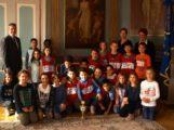 OB Hans Reinwald ehrt  Klasse 4b der Turmschule als Sieger des Staffellaufs