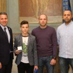 OB Hans Reinwald ehrt Leimener Kickboxer Dave Lutovin mit Goldener Sportmedaille