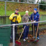 TV Germania auch bei Regen fleißig: Herbstputz im Waldstadion St. Ilgen