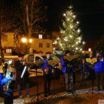 Stadtteilverein St. Ilgen: Weihnachtsbaum vor Alter Fabrik aufgestellt