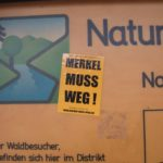 Müll am Weg - Aufkleber auf Schildern: Asoziales Benehmen nimmt leider zu
