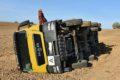 Kurioser Unfall in Gauangelloch: </br>Muldenkipper kippt mitten im Acker um