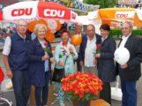Am Muttertag gab's auf dem Frühlingsfest rote Rosen von der Leimener CDU