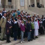 Katholische Gläubige mit Pfarrer und Diakon auf Pilgerreise in Portugal