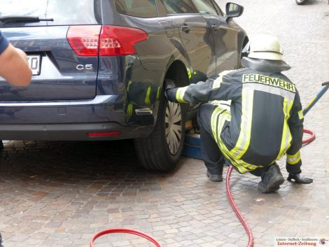 Hessengasse Leimen: Ausfahrbarer Poller hebt passierendes Fahrzeug an