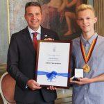 OB Reinwald zeichnet Bogenschützen Patrick Piecha mit goldener Sportplakette aus