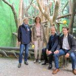 Zoo HD: Sparkasse Heidelberg spendet für Wandbemalung im Lemurengehege