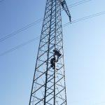 Warum klettern denn Monteure in den neuen Strommasten herum?