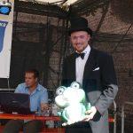 Diljemer Kreiselfrosch besucht Angellocher Kerwe und nimmt undercover am Umzug teil