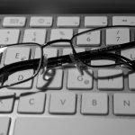 Gute Sicht auf Nah und Fern: Tipps für Brillenträger