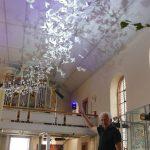 Phantastische Installation: 1000 weiße Tauben fliegen in der Leimener Mauritiuskirche