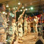 US Army Band begeisterte das Publikum - Musik und Tanzeinlagen auf Rathausplatzbühne