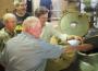 Sandhäuser Delegation gibt bei Welde selbstgeernteten Hopfen in den Sud