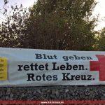 DRK Leimen hängt Banner und Hinweisschilder für die Blutspendeaktion am 18.10. auf