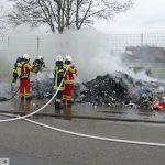Geistesgegenwärtiger Fahrer: Brennender Müll vor dem Friedrich-Ebert-Gymnasium