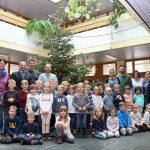 Vorschulkinder des Sandhäuser Waldkindergartens verschönten Rathaus-Christbaum