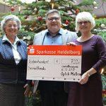 Dicker Scheck von Optik Mattern für den Sandhäuser Sozialfonds