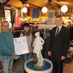 OB Hans Reinwald überreicht Rocco Giove von Boutique L`uomo die Stadturkunde