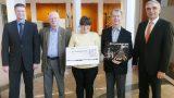 Hauptgewinn des Lions-Club Adventskalenders in Höhe von 2018 € übergeben