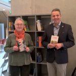 Offenes Bücherregal eingeweiht – </br>Literatur im Leimener Neuem Rathaus