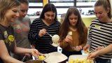 Spannendes Koch-Event in der Realschulküche mit Unterstützung der Edeka-Stiftung