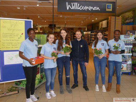 Eine Rose für den Frieden – Aktion von Otto-Graf-Realschule und EDEKA Walter