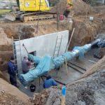 Wasserrohrbruch Nähe Friedhof: Schnellbau von Kanalschacht mit Fertigteilen