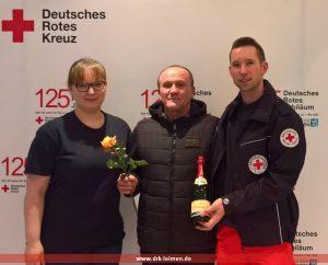 Der 100ste Spender, Herr Jurij Friesen bekam neben der Rose, die jeder zum Valentinstag bekam von der stv. Bereitschaftsleiterin Susanne Maiwald und dem stv. Vorsitzenden Kai Brümmer eine Flasche Sekt überreicht.