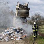 Nußloch: Ladung von Müllfahrzeug brennt - Feuerwehr löschte schnell