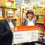 Stadtbücherei erhält 500 € Spende der Sparkasse für die Spiele-Messe