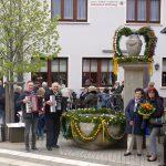 Wunderschöner Osterschmuck: Landfrauen schmücken Bärenbrunnen mit Ostergirlande